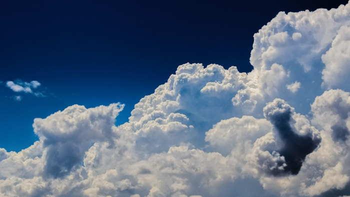 天気は太陽熱、地球の自転、地形、大気環境などで影響を受ける