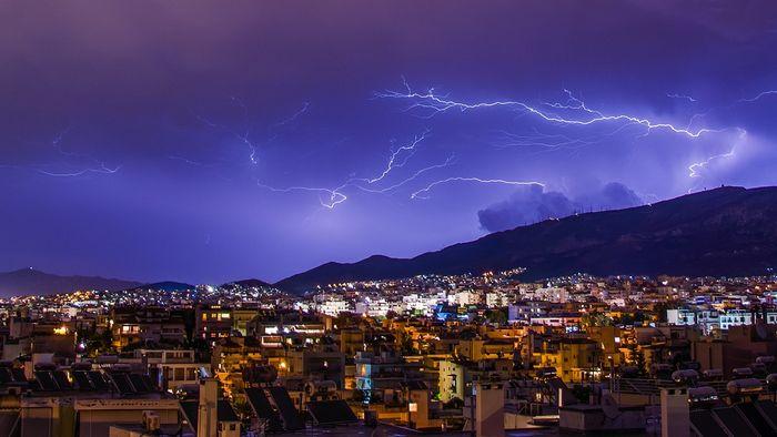 雷は積乱雲の中で氷晶どうしがぶつかって発生した静電気です