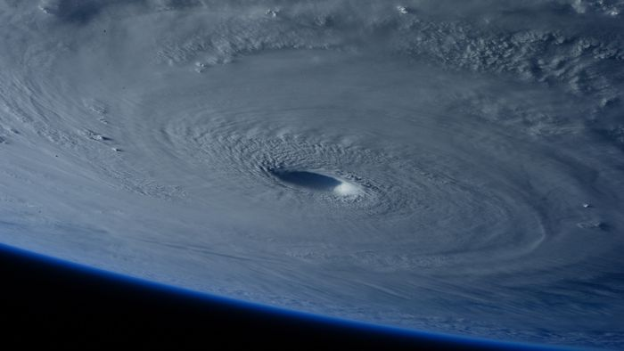 天候と季節の変化 - 風雨の強弱区域と進路には一定の関係がある